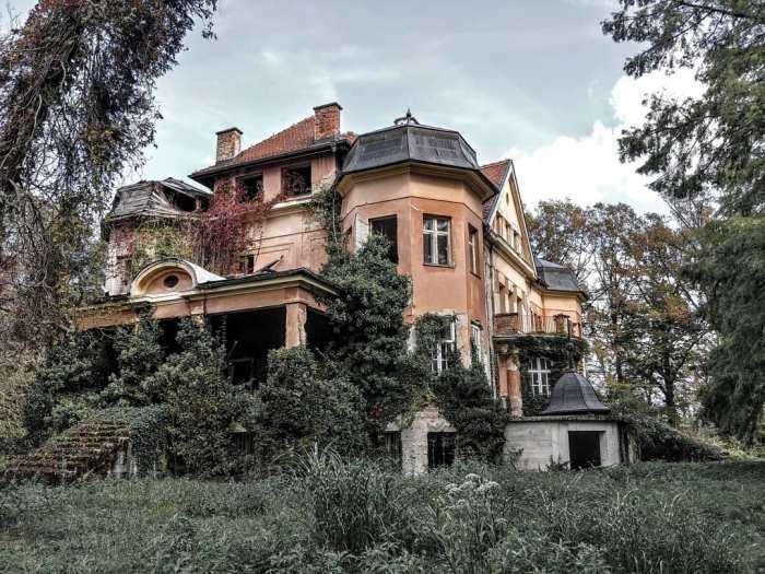 Napušteni dvorac Ribograd u zaboravu ipak postoji, onako po strani usred ribnjaka Crne Mlake, daleko od očiju i rješenja