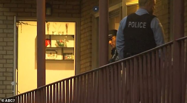 Полицаи извършват оглед на местопрестъплението.