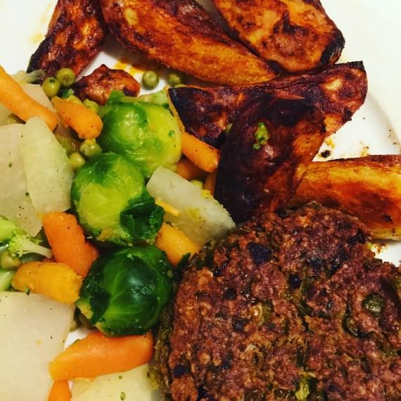 Lieblingsessen // Vegane Frikadellen mit buntem Gemüse und Backkartoffeln