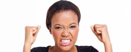 femme noire en colère
