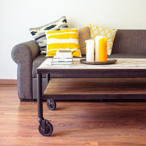 Un canapé agrémenté de coussins