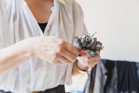 Akiko Takebayashi, Blanc Sauvage est une marque d'accessoires, romantique et délicate. La créatrice confectionne ses headbands, barrettes et broches à Paris, où elle vit depuis 2000.