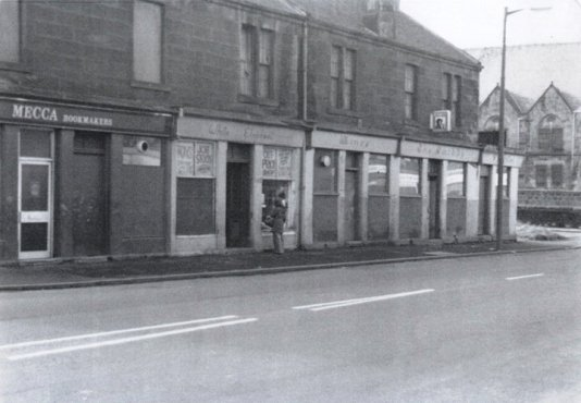 c1977 Smiddy Bar at Bottom of Elm Street, junction Glasgow Road