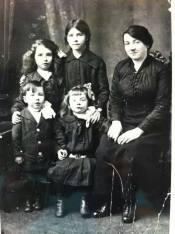 1919 Minnie Hastie and her children from Megan McHugh