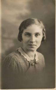 1933 Annie Marshall (nee Main) aged 20.