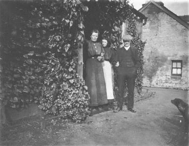 1915 Jen, Mary and Bob at Boathouse