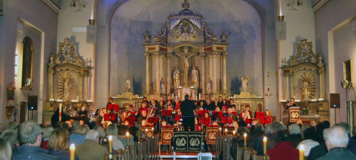 Die Blaskapelle Schapen spielt ein Konzert in der Kirche.