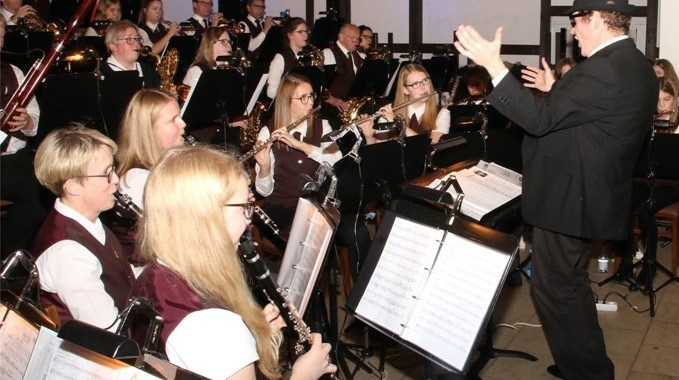 Die Blaskapelle Schapen spielt ein Blues-Stück.