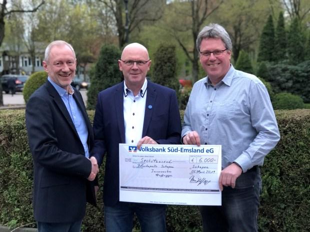 Unternehmer Thomas Hoffrogge (mitte) überreicht eine Spende in Höhe von 6.000 Euro an Franz-Josef Göcke (links) und Edmund Huil von der Blaskapelle Schapen.
