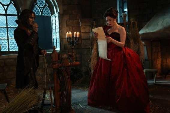 Rumpelstiltskin (Robert Carlyle) convinces a young Cora (Rose McGowan) to sign a contract.
