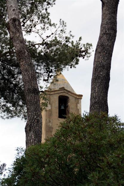 El campanario entre árboles