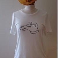 """Bella Freud"" dogTシャツをコーディネート"
