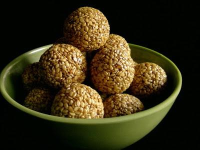 Nuvvundalu ~ Sesame Seeds laddu