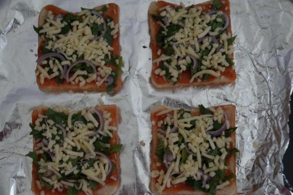 preparation of spinach bread pizza, easy breakfast recipes