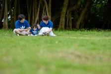 芝生の上に座って