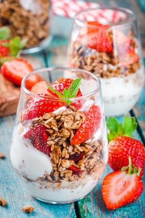 Vanilla strawberry granola parfait overnight breakfast parfatis