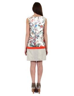 robe courte sans manche, tissu soyeux qui renvoie bien la lumière, imprimé floral multicolore sur fond écru, biais transversal orange en bas et base effet pailleté doré, fermée dans le dos par un zip, coupe droite, légèrement évasée en bas