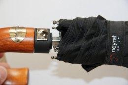parapluie pliant NEYRAT noir, poignée incurvée en bois, pour faire face au mauvais temps grâce à sa structure résistante au vent