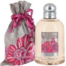 Eau de toilette Belle Chérie : un bouquet de fleurs, de fruits et de bois pour célébrer cette belle insouciante. Mandarine et carambole en tête, jasmin, héliotrope et muguet en coeur, santal, fève de tonka et vanille en fond