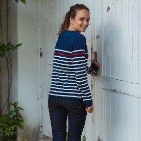 Marinière repensée pour femme, composée d'une base bleue marine, avec des rayures blanches et une rayure rouge nuancée, 100% coton