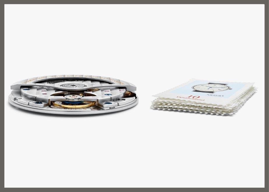 Mit nur 3,2 Millimetern Höhe ist das hauseigene Automatikwerk DUW 3001 gerade einmal so flach wie neun Briefmarken.