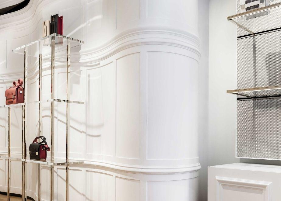 Delvaux Createur, New Bond Street, London: schlüsselfertiger Innenausbau Wandverkleidungen und Schränke in gebogenem Design, Spiegeldecke