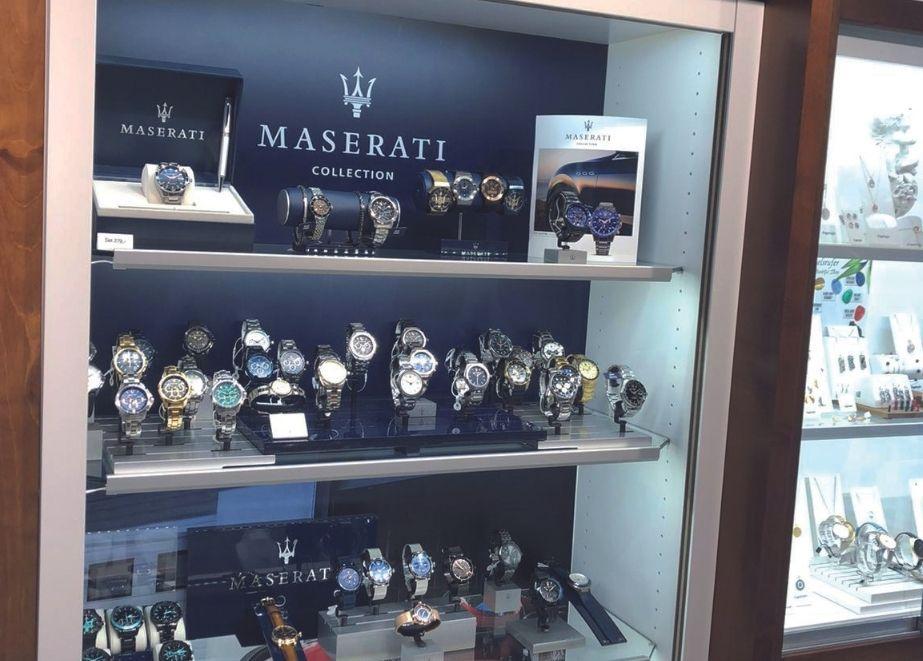 Urban zeigt in seiner Vitrine eine repräsentative Auswahl an Maserati-Uhren, aber auch passende Armbänder dazu (unten).