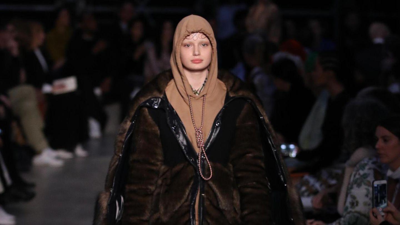 Bei der London Fashion Week schickte das berühmte britische Modehaus Burberry ein Model in einem Hoodie auf den Runway, den ganz offensichtlich eine Schlinge ziert. Da war der Shitstorm vorprogrammiert. Bild: stern.de