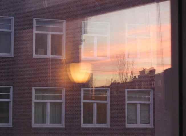 Reflectie met lamp, uitkijkend op de Admiraal de Ruijterweg