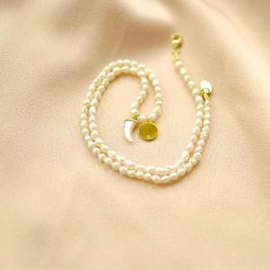 Collar de perlas y colmillo blanco-blingbling