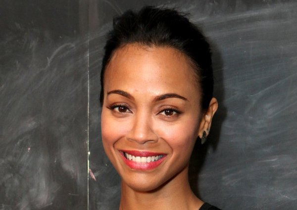 Zoe-Saldana-glowing-skin-took-center-stage-minimal-makeup cropped