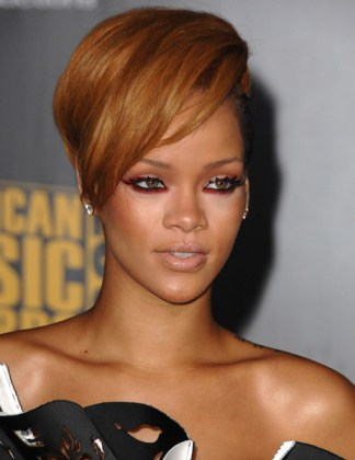 rihanna-ama-red-carpet-3
