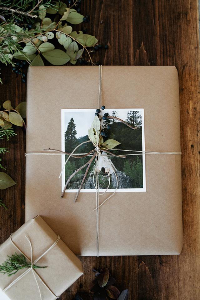 กล่องห่อด้วยกระดาษสีน้ำตาลและติดรูปถ่าย