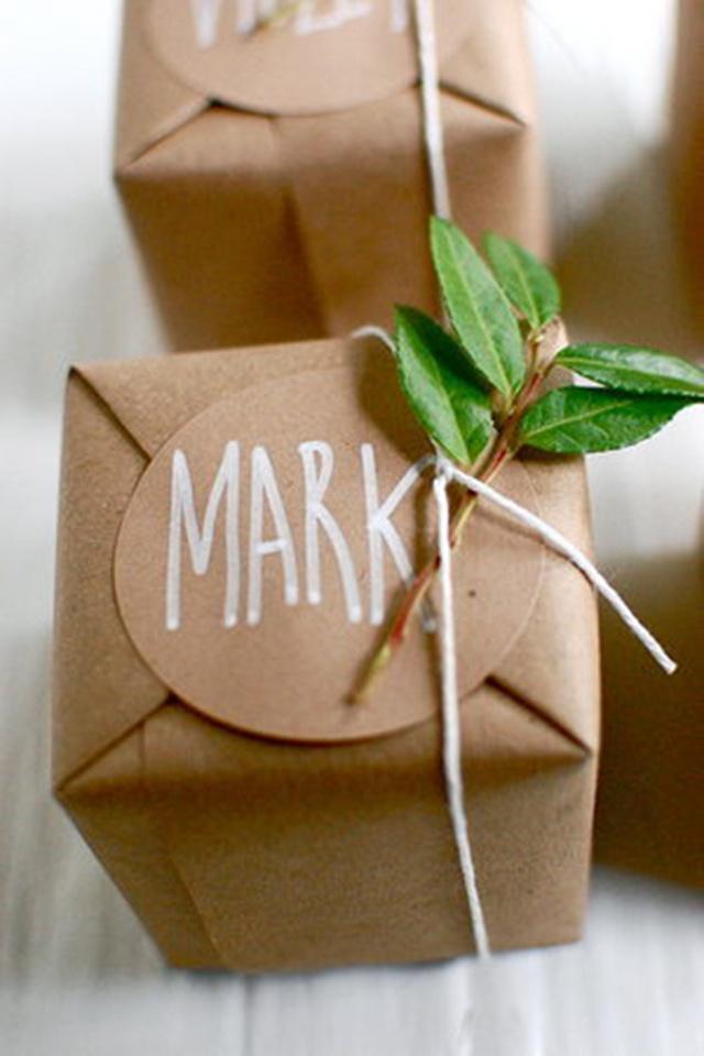 กล่องห่อด้วยกระดาษน้ำตาล เขียนชื่อลงบนกล่อง