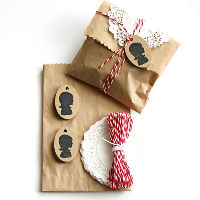 ซองน้ำตาล ดอลลีกระดาษ และเชือกสีแดง