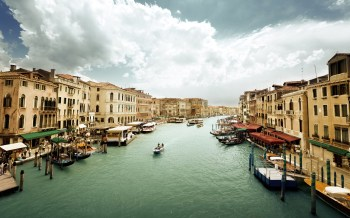 Venice-Italy-Canal-Grande-water-boats-people-houses-cloudy-sky_2560x1600