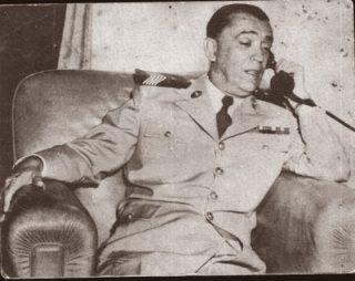 O Coronel da PM de Minas Gerais médico JK ao telefone.