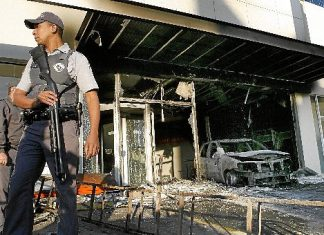 Agência bancária destruída pelo PCC em São Paulo: roubos, tráfico e sonegação de impostos enchem os cofres da facção criminosa