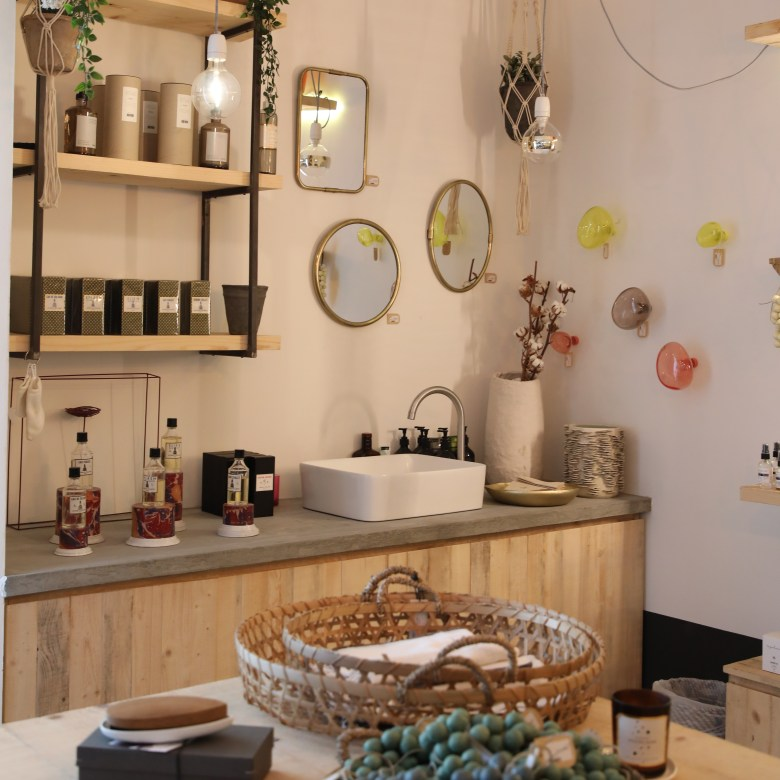Wall accessories and sink in Comptoir 102
