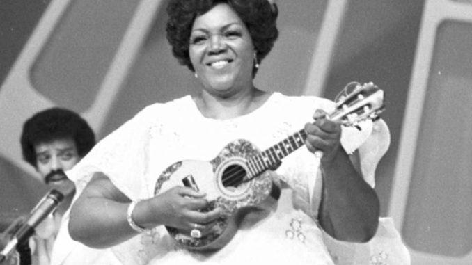 Considerada a primeira dama do samba brasileiro, a cantora e compostora Dona Ivone Lara, 97, faleceu na noite desta segunda-feira (16)