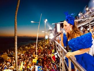 No segundo dia do seu Carnaval em Salvador, cantora, que faz parte da história do bloco em seus 26 anos de carreira, celebra a folia baiana