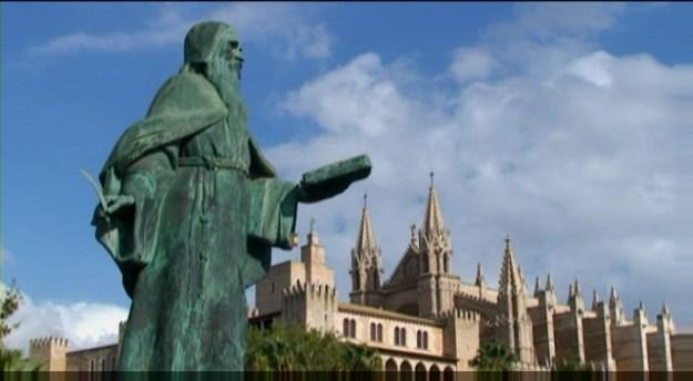 Estàtua de Ramon Llull davant del Palau dels Reis de Mallorca i la Seu de Palma