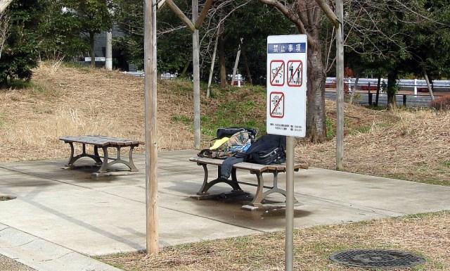 Bosses i roba al banc d'un parc. Ningú pels voltants