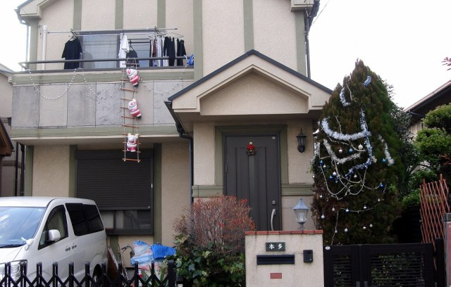Una casa de Tòquio amb l'arbre guarnit