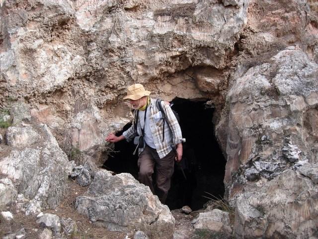 Un agosarat sortint de la cova