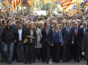 817475-artur-mas-c-avec-ses-partisans-dans-les-rues-de-barcelone-le-15-octobre-2015
