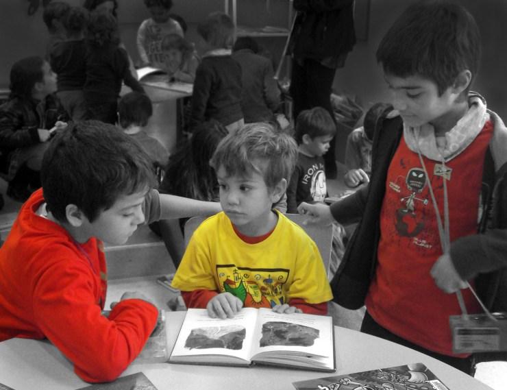 Per a crear addictes a la lectura cal substituir l'hàbit de lligar activitats mecàniques a l'obligació de llegir per compartir i potenciar la relació entre la curiositat natural dels nens i nenes i els llibres.