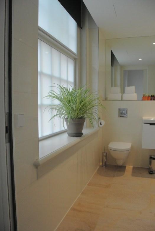 Een plant in de badkamer geeft een lekker luxe gevoel.
