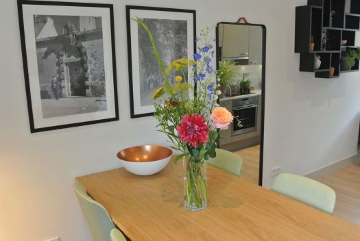 Een boeket op tafel in een apartement bij De Wittenberg.