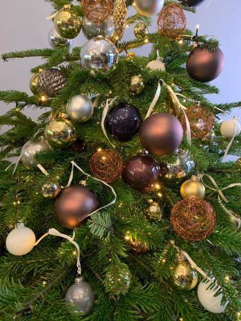 Versierde kerstboom met brons, goud, wit en zilver.